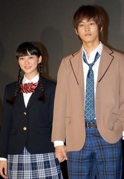 武井咲と松坂桃李の舞台挨拶での画像1