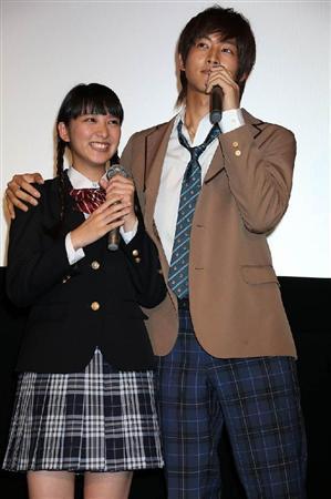 武井咲と松坂桃李の舞台挨拶での画像2