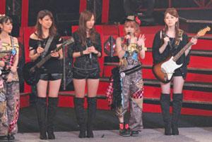 田中れいなとバンドメンバーの画像