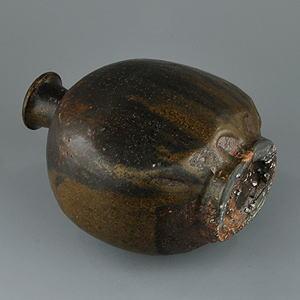 黒高麗の特徴である薄い鉄釉をかけてから濃い鉄釉が施されたことが分る高台部には、李朝の特徴である砂目跡や箆目跡が独特の趣を添えています。
