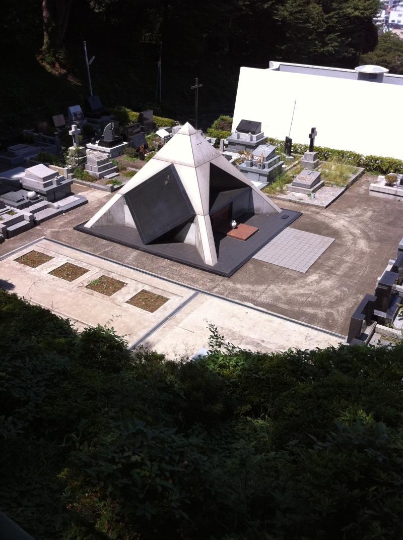 カトリック墓地の中のピラミッド