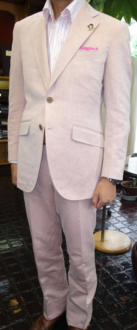 ピンクのリネンのスーツ