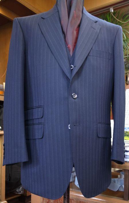 H.LESSER&SONSの紺ストライプのスリーピース・スーツ