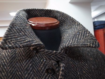 ツイードコートの襟元