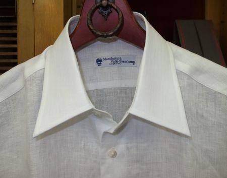 麻の白いシャツ