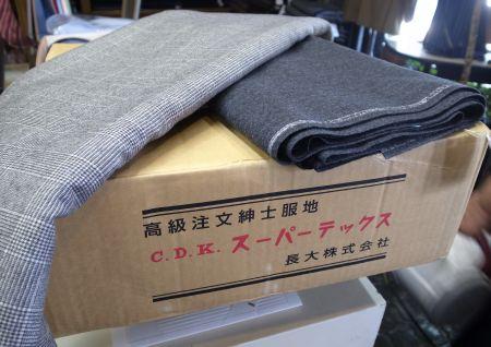 長大毛織のスーツ生地が店の届きました