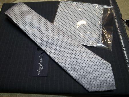 ポケットチーフ付きのネクタイ