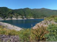 秋色のダム湖