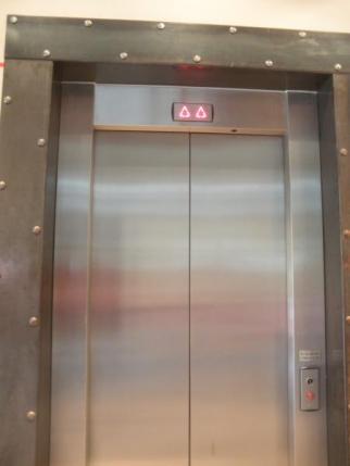 シルバーのエレベーター