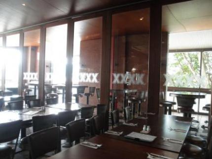 併設されているレストラン2窓にXXXXロゴ