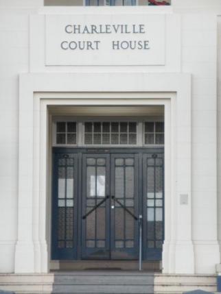 裁判所の入り口
