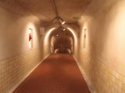 地下へ向かう通路