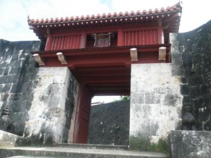 階段の前の門