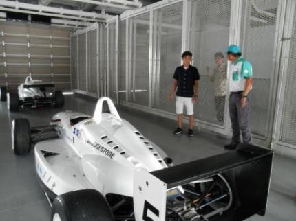 レーシングカーと選手
