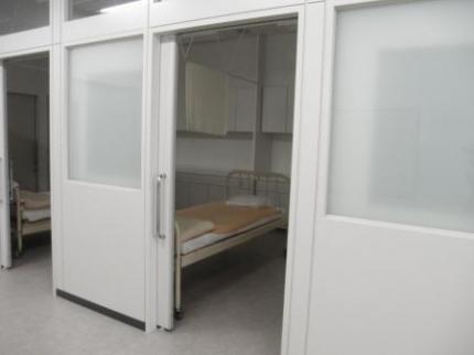 救護室内ベッド