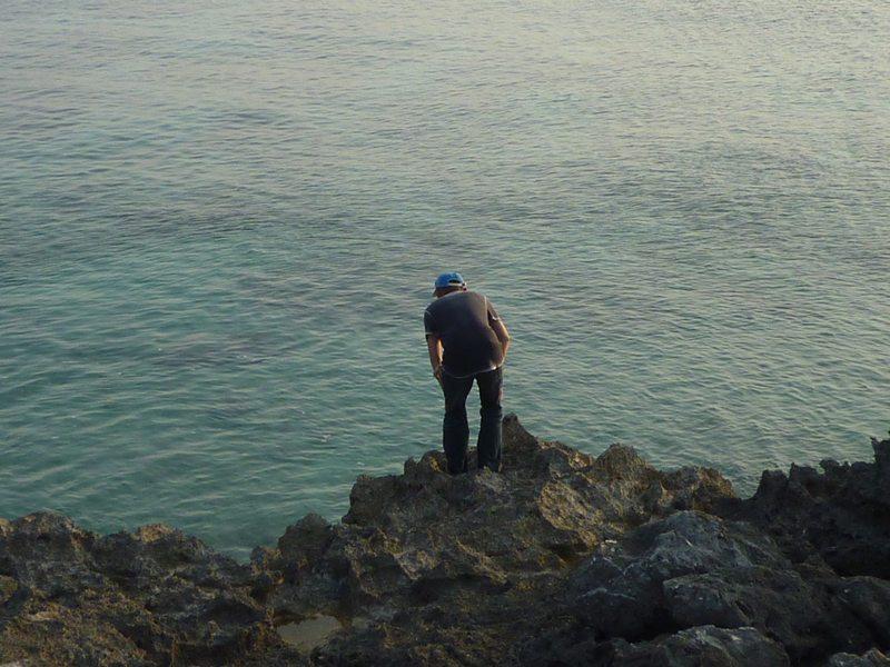 海を 覗く ダンナ。