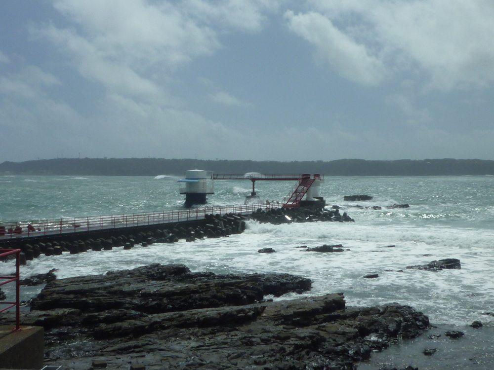 台風で高すぎる波!