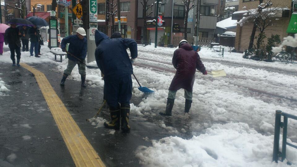 20140215雪かき3別館前