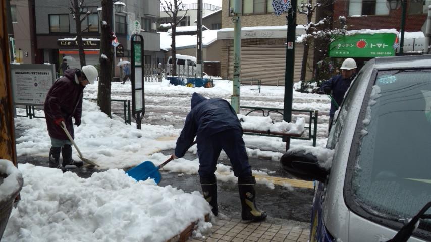20140215雪かき5別館前