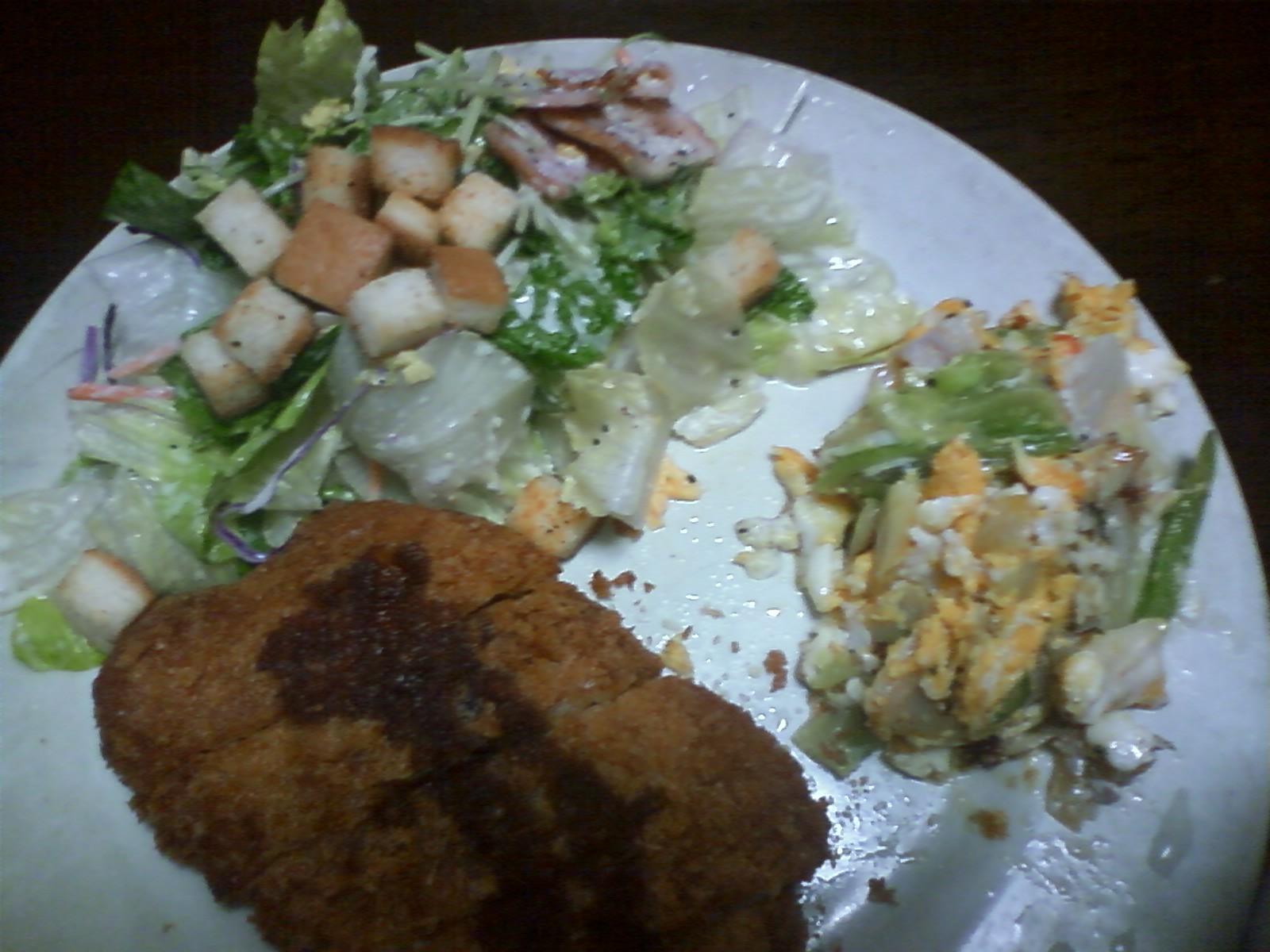 ローストンカツ、シーザーサラダ、あと適当につくった卵と野菜の炒め物