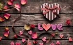 Love-gifts-flowers-ribbons_2560x1600.jpg