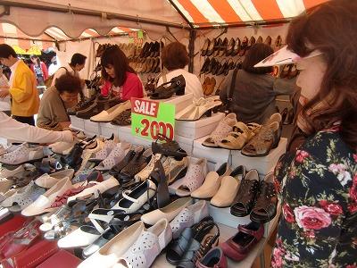 神社境内でも靴販売