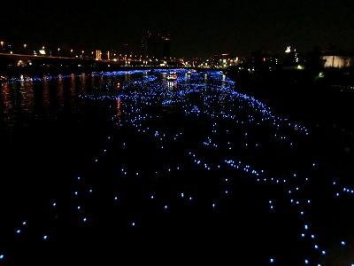 隅田川を流れるLEDの光の玉