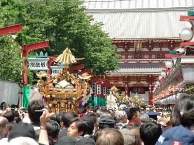 仲見世を宝蔵門へ向かう町内神輿の列