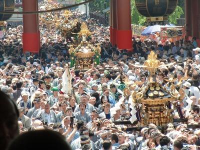 仲見世から連なって宝蔵門を抜ける町内神輿