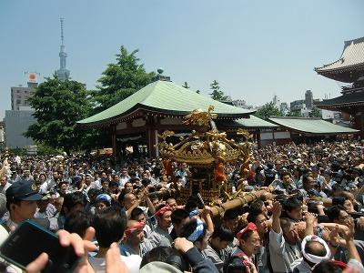 東京スカイツリーを背に神輿が行く
