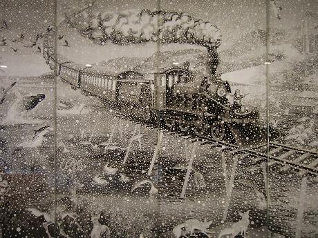 雪降る異常気象の南国を走る汽車