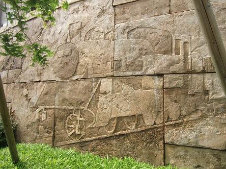 南千住ソナタ通りの石壁に刻まれた汽車の彫刻