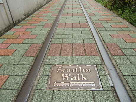 JR南千住駅脇にある線路状の歩道