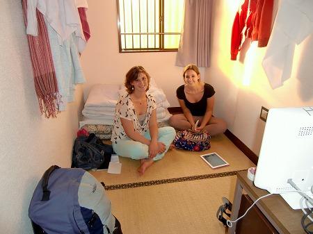 『ほていや』の三畳間に泊まるオランダ人女性