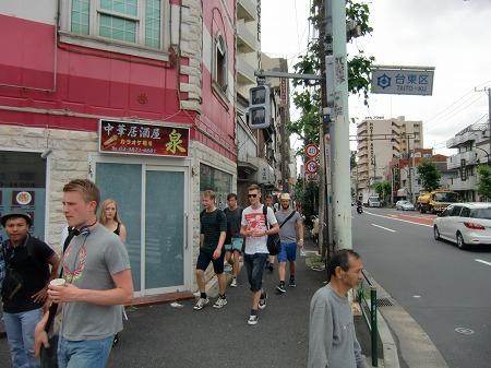 山谷の街を歩く外国人旅行者