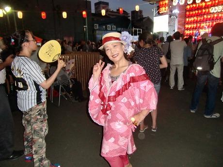 河内音頭大盆踊り 派手な衣装のおかあさん