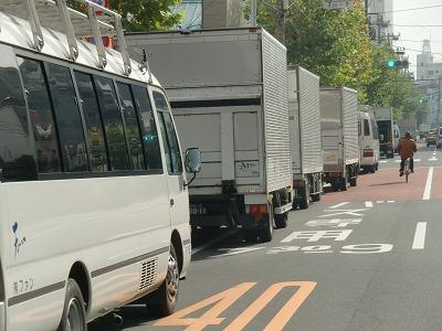 山谷通りに連なって駐車するロケバス