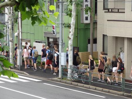 山谷通りを歩く大勢の外国人観光客