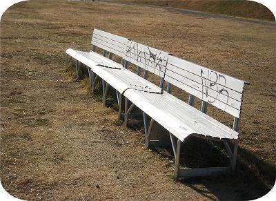 落書きしたベンチ