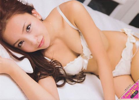 板野友美 おっぱいの谷間画像