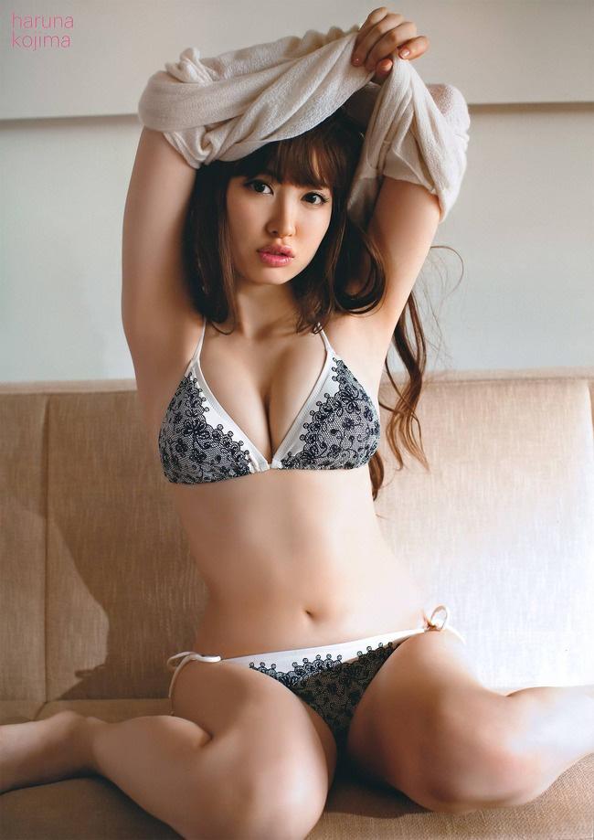 小嶋陽菜 おっぱいの谷間画像1