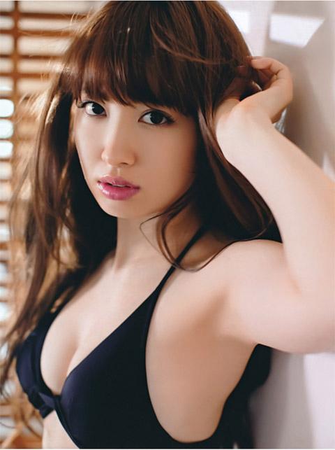 小嶋陽菜 黒の下着画像