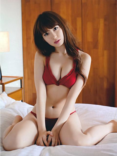 小嶋陽菜 赤い下着画像