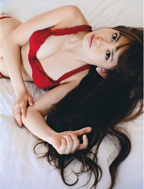 小嶋陽菜 横たわった画像