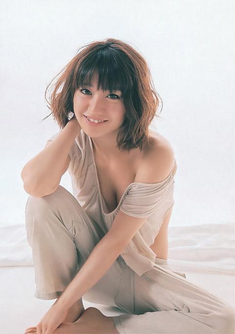 大島優子のおっぱいの谷間画像