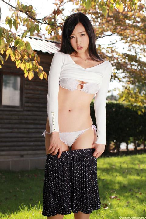 佐々木心音 スカートをおろす画像