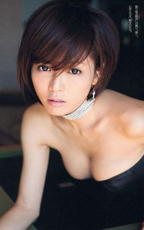 釈由美子 おっぱいの谷間画像