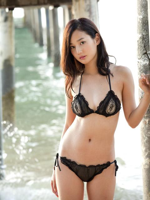高嶋香帆 黒い水着画像