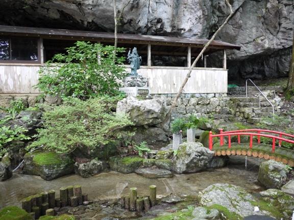 大きな岩の下に本堂がありました