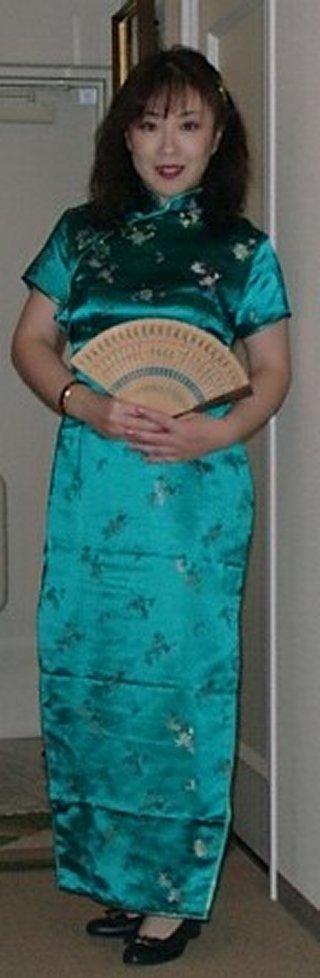 チャイナドレスで扇子を持った直ちゃん